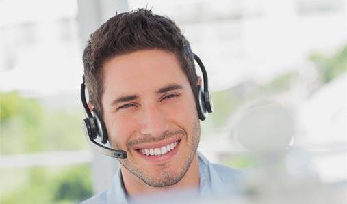 Un agent de soutien technique souriant