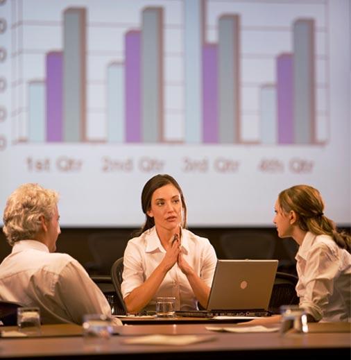 trois personnes discute dans une réunion