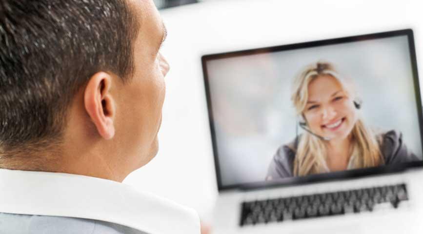 Homme et femme en conférence web