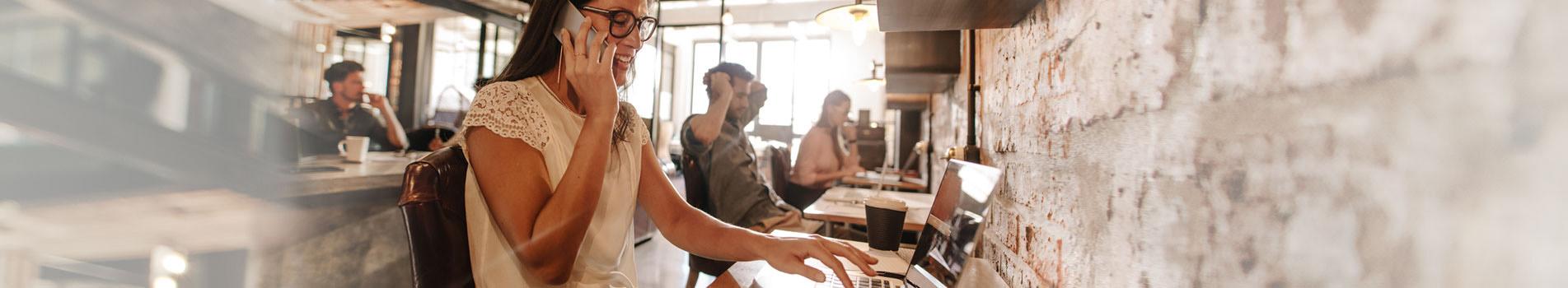 Entête eLearning jeune femme participant à une formation en ligne