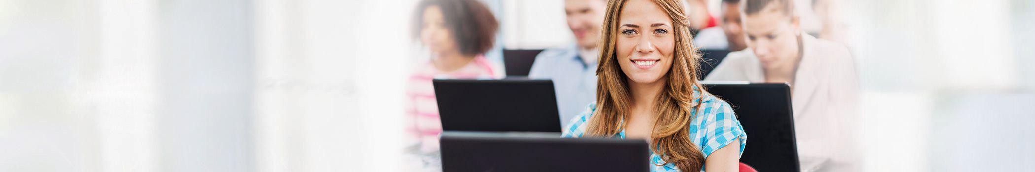 Entête Moodle jeune fille souriante devant un ordinateur