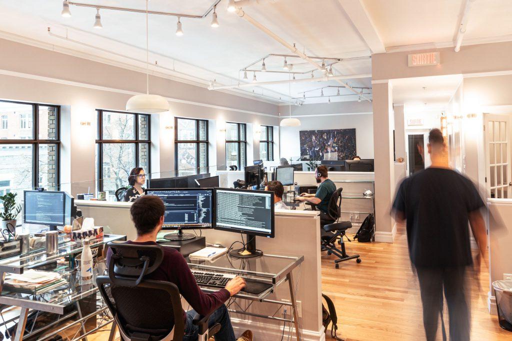 Photos des bureaux de SVI eSolutions avec des employés à leur poste